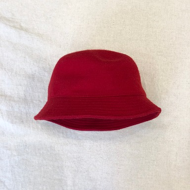 BEAMS + red bucket hat